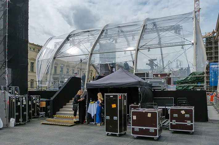 Seitenansicht der Bühne, davor Transportcases und zwei Frauen.