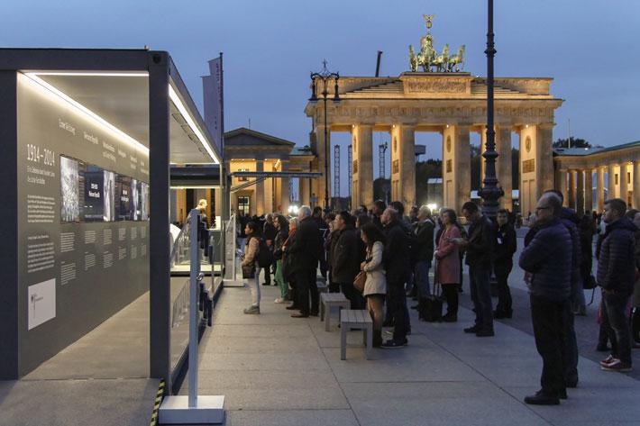 Betrachterinnen vor der Ausstellung auf dem Pariser Platz
