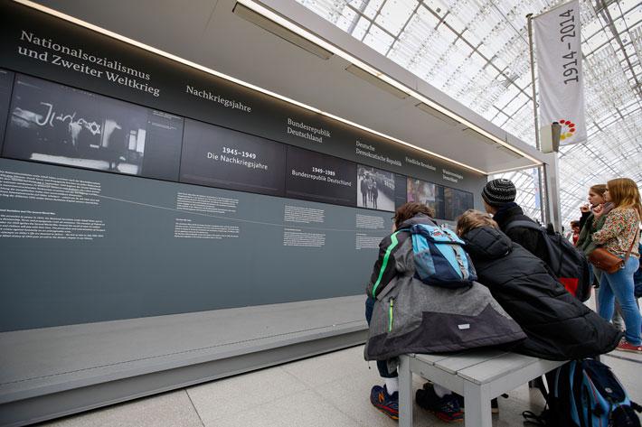 Ausstellungsmodul mit jugendlichen Betrachterinnen in Leipzig