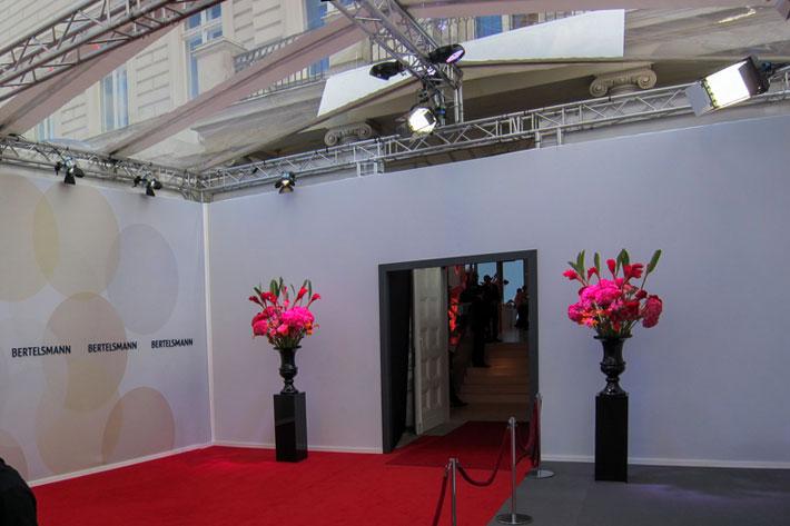 Walkway mit Glashimmel und rotem Teppich vor dem Einlass