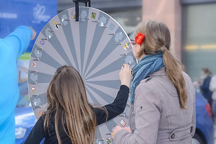 """Informationstour """"25 Jahre Freiheit und Einheit"""" 2015: Zwei Mädchen am Glücksrad"""