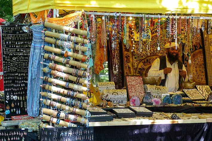 bärtiger Verkäufer mit Turban im Schmuckstand