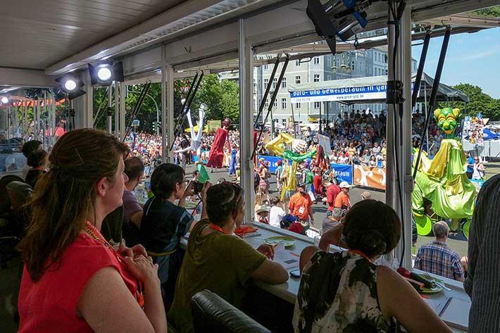 Blick aus dem Jurystand auf die tanzenden Karnevalsgruppen