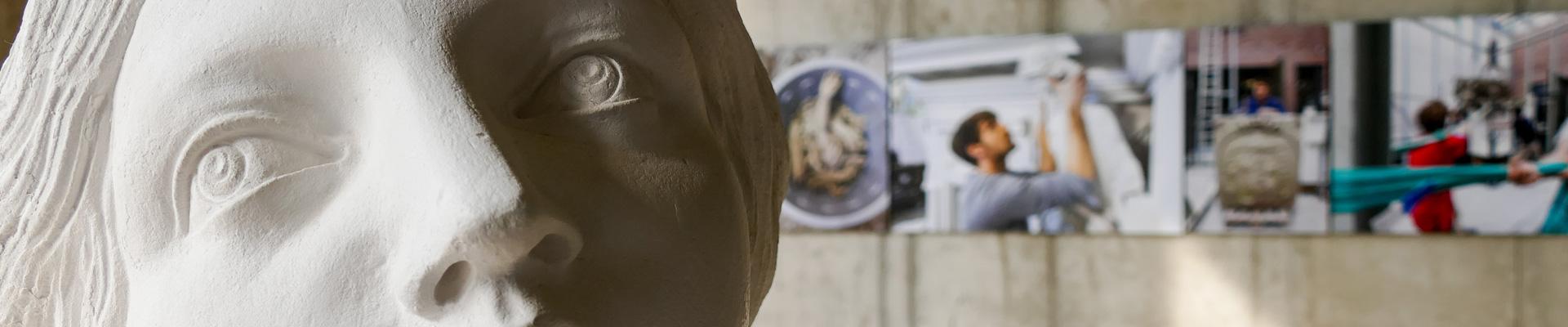 Tag der offenen Baustelle im Humboldtforum: Detail eines weiblichen Skulpturenkopfes, im Hintergrund Baustellenfotos.