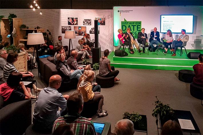 Tag der offenen Tür im Bundespresseamt 2017: Talkrunde in der Presselounge, auf der Bühne unter anderem Gesine Schwan und Elmar Brok.