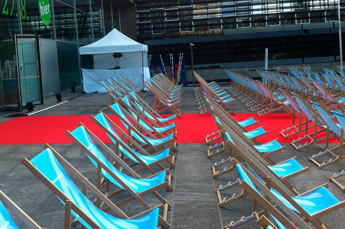 Tag der offenen Tür im Bundespresseamt 2017: Aufgebaute leere Liegestuhlreihen für die Sommerkino-Veranstaltung.