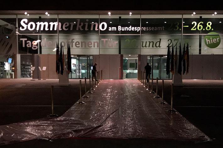 Tag der offenen Tür im Bundespresseamt 2017: Nächtlicher Aufbau vor dem Veranstaltungstag, der rote Teppich mit Schutzfolie belegt.