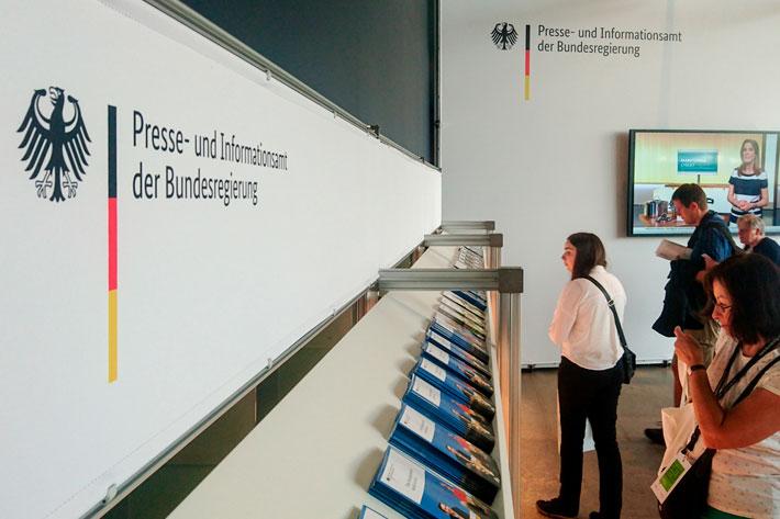 Tag der offenen Tür im Bundespresseamt 2017: Prospekthalter mit Broschüren am Infopunkt.