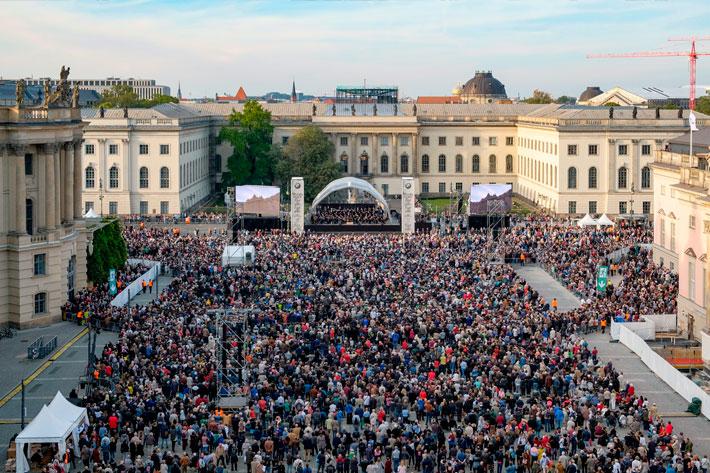 """Staatsoper für alle 2017: Blick vom Dach des """"Hotel de Rome"""" auf den mit Publikum gefüllten Bebelplatz."""