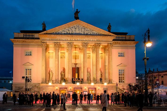 Wiedereröffnung der Staatsoper Unter den Linden: Frontalansicht der festlich beleuchteten Staatsoper vor Abendhimmel mit Publikum.