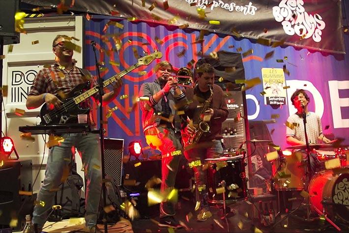 """Berlin Travel Festival 2018: Auftritt der Band """"Les Bummms Boys"""" mit herumfliegenden Konfetti."""