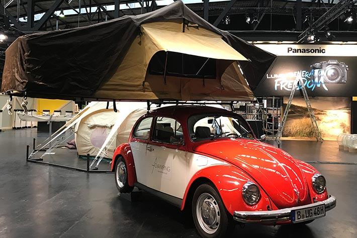 Berlin Travel Festival 2018: ein VW-Käfer mit Zeltaufsatz.