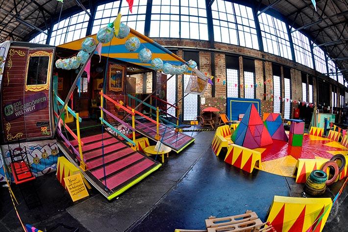 Berlin Travel Festival 2018: die Zwergstadt, ein kunterbunt gehaltener Kinderspielbereich mit kleinem Zirkusrund und Spielmobil.
