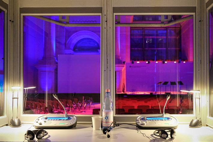 Festakt 20 Jahre BKM im Humboldtforum: Blick aus einer der DolmetscherInnenkabinen in die noch leere Eingshalle des Humboldtforums.