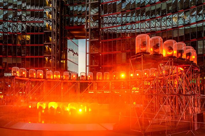 Sunrise at Night: Gerüst mit Strahlern vor der Glasfassade des Sony Centers.