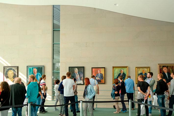 Tag der offenen Tür im Bundeskanzleramt 2018: BesucherInnen vor den Gemälden der Kanzlergalerie.