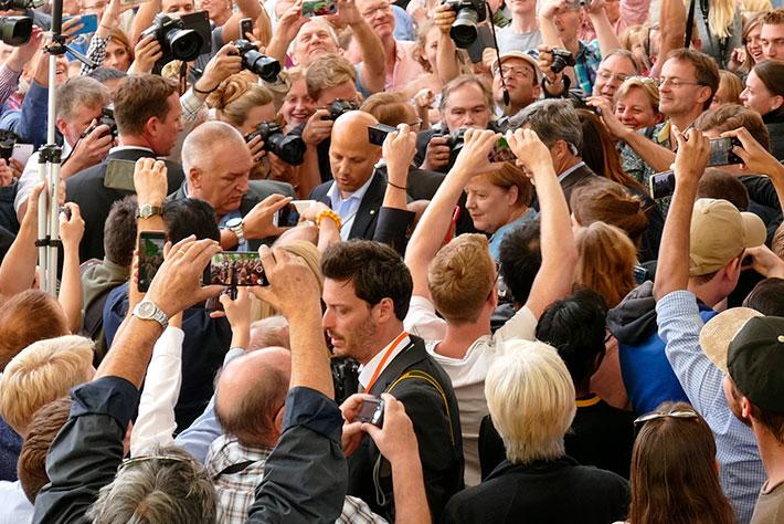 Tag der offenen Tür im Bundeskanzleramt 2018: Großes Gedränge beim Auftritt von Bundeskanzlerin Angela Merkel.