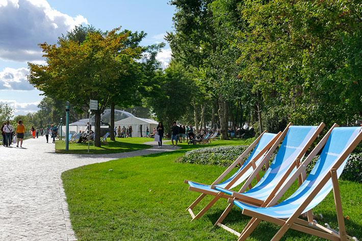 Tag der offenen Tür im Bundeskanzleramt 2018: Liegestühle laden zum Verweilen im KanzlerInnengarten ein.