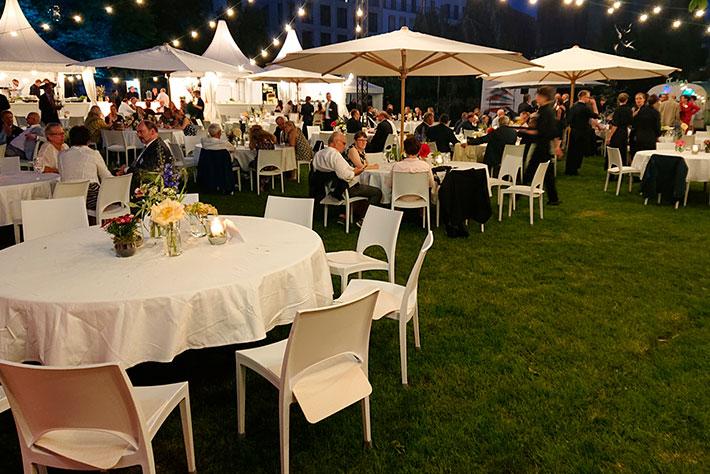 Parlamentarischer Abend der BIMA 2019: Der Garten mit Blickrichtung auf die Bühne während der Veranstaltung.