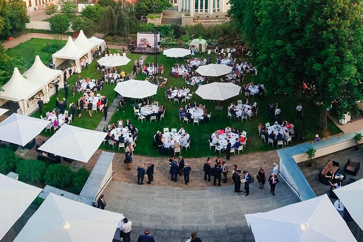 Parlamentarischer Abend der BIMA 2019: Panoramansicht des Gartens aus der Vogelperspektive mit Tischen Bühne und Zelten