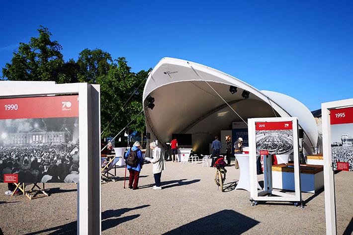 Informationstour 70 Jahre Grundgesetz: Blick auf die Bilderstelen und das Veranstaltungszelt.