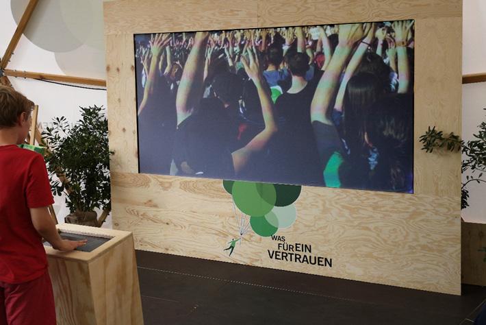 Evangelischer Kirchentag 2019: Gebrandete Monitorwand in Holzoptik.