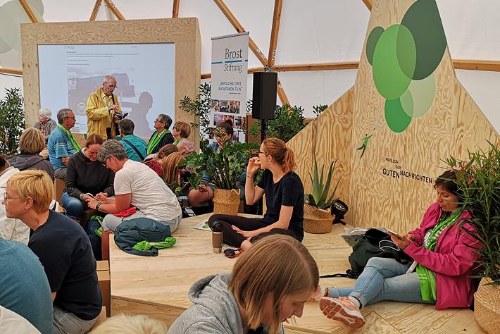 Evangelischer Kirchentag 2019: Innenansicht des Pavillons mit Bühnenpodest und Monitorwand.