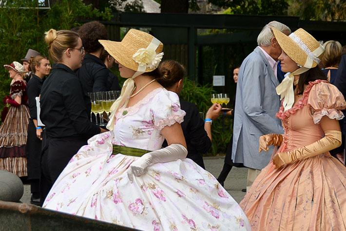 175 Jahre Zoo Berlin: Darstellerinnen in Biedermeierkostümen begleiten die Gäste beim Flanieren.