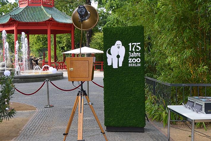 175 Jahre Zoo Berlin: das Veranstaltungslogo in einer Mooswand als Hintergrundmotiv an einem Fotopoint.