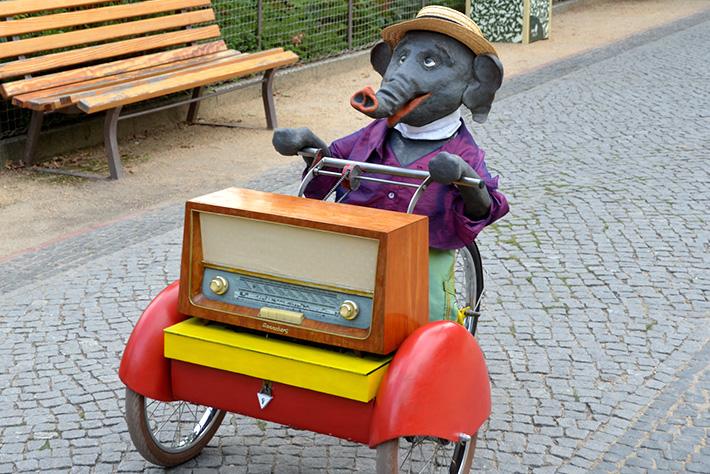 """175 Jahre Zoo Berlin: mobile, auf einem Dreirad fahrende Puppe in Gestalt eines """"sprechenden"""" Elefanten."""
