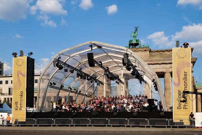 Die Berliner Philharmoniker am Brandenburger Tor: Ansicht der Konzertbühne von vorne mit Orchester und Chor.