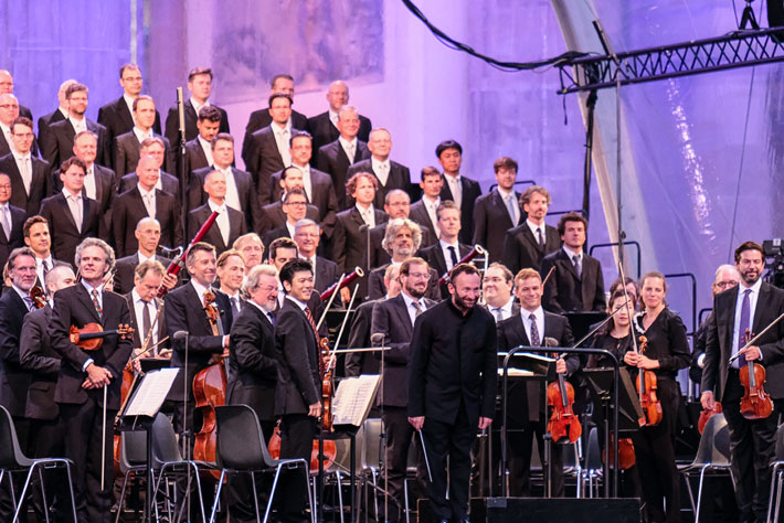 Die Berliner Philharmoniker am Brandenburger Tor: Chefdirigent Kirill Petrenko und die Berliner Philharmoniker begrüßen das Publikum.
