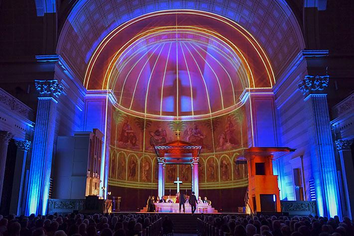 Jedermann-Festspiele 2019 in Potsdam: Aufprojizierte Lichtbahnen betonen die Architektur der Nikolaikirche.