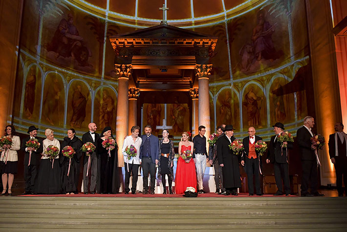 Jedermann-Festspiele 2019 in Potsdam: Das Ensemble der Volksbühne Michendorf beim Schlussapplaus vor dem Altar der Nikolaikirche.