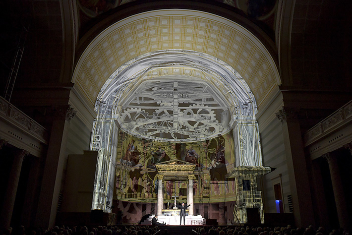Jedermann-Festspiele 2019 in Potsdam: Projektion eines komplizierten Uhrwerks in die Kuppel der Nikolaikirche.