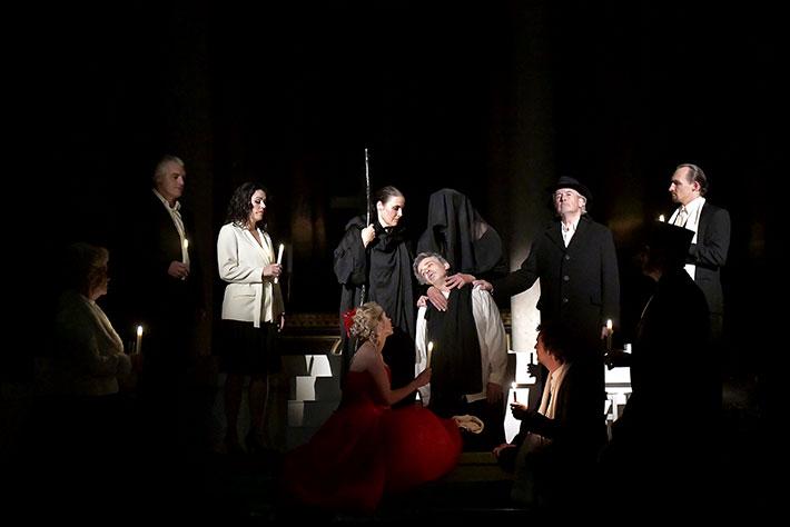 Jedermann-Festspiele 2019 in Potsdam: Szene aus der Inszenierung mit düsterer Lichtstimmung.