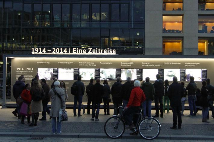 Ausstellungsmodul vor der Akademie der Künste mit Betrachterinnen