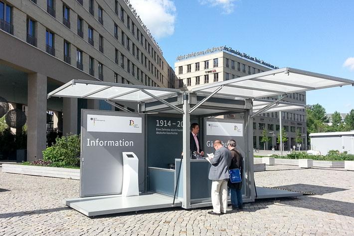 Infoterminal zur Ausstellung mit Besucherinnen in Dresden