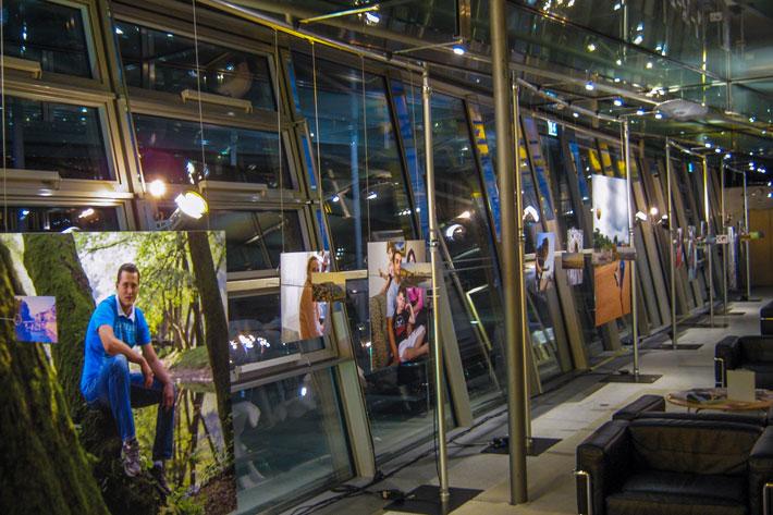 Bilder vor nächtlicher Fensterfront des Clubraums der Akademie der Künste