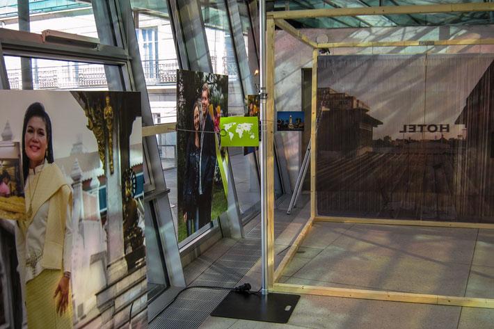 Bilder, die im Clubraum im zweiten Stock an der Glasfassade lehnen