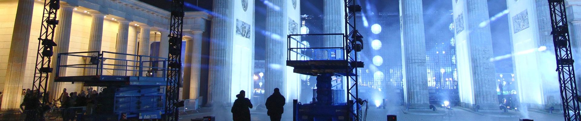 Bügerfest Mut zur Freiheit: Blick durch das Brandenburger Tor durch die hell angestrahlten Tordurchfahrten.