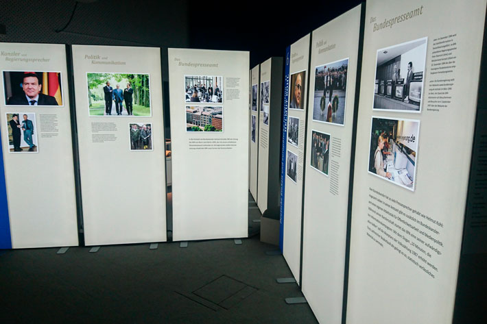 Tag der offenen Tür im Bundespresseamt 2017: Leuchtkästen in der Ausstellung über deutsche Regierungschefs und ihre Pressesprecher.