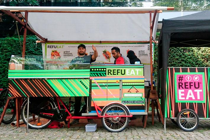 Tag der offenen Tür im Bundespresseamt 2017: von Flüchtlingen betriebener farbenfroher Cateringstand auf dem Startup Food Market.