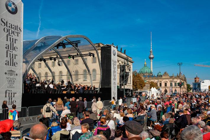 Staatsoper für alle 2017: Ansicht der Bühne mit Publikum.