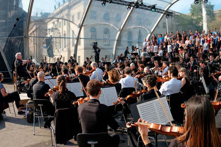 Staatsoper für alle 2017: Bühnenansicht mit Dirigent Barenboim, Staatskapelle und Chor.