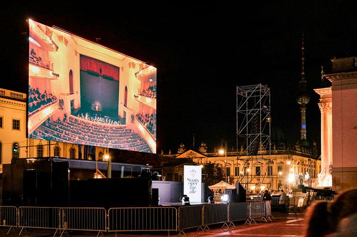 Wiedereröffnung der Staatsoper: Screen während der Außenübertragung des Eröffnungskonzerts.