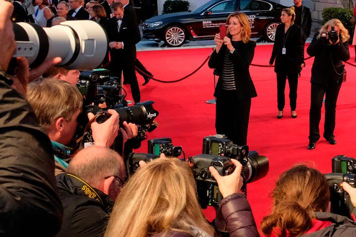 Wiedereröffnung der Staatsoper Unter den Linden: Szene auf dem roten Teppich Fotografierte fotografieren Fotografen.