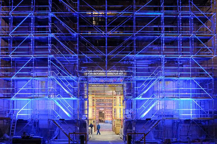 Festakt 20 Jahre BKM im Humboldtforum: Blau angestrahltes Baugerüst am Eingang.