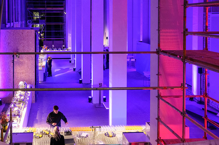 Festakt 20 Jahre BKM im Humboldtforum: Blick in den Cateringbereich mit Bar und Buffett vor Veranstaltungsbeginn.