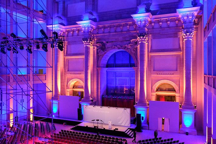 Festakt 20 Jahre BKM im Humboldtforum. Die festlich ausgeleuchtete Eingshalle des Humboldtforums mit Rednerbühne vor Veranstaltungsbeginn.